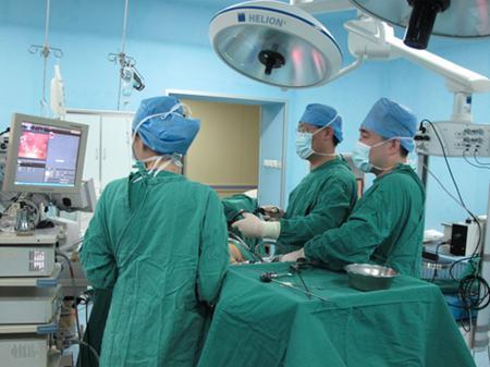 腹腔镜手术可能需要数小时 并且通常记录由相机产生的视频