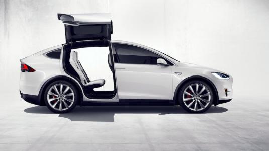 特斯拉Model X不仅通过其电动动力系统 而且通过几个引人注目的设计蓬勃发展