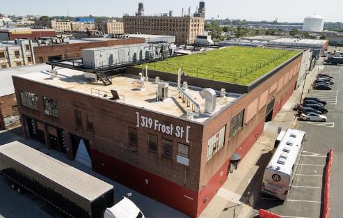 布鲁克林钢铁音乐会场地的顶部是绿色的屋顶 可作为隔音盖