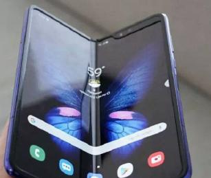 三星在一部科幻电影中获得了可卷曲显示电话的专利
