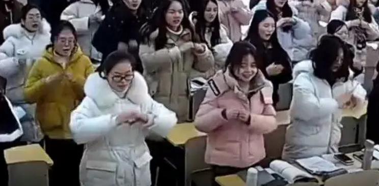 扬州女老师退休前最后一课 全班39名同学的意外举动让她湿了眼眶