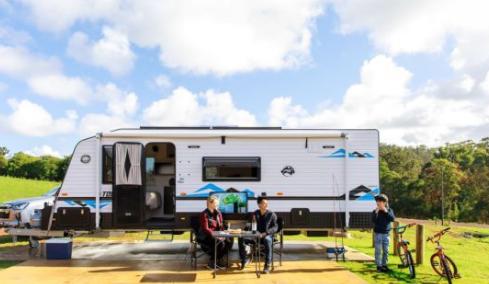 大篷车和露营旅行再次流行